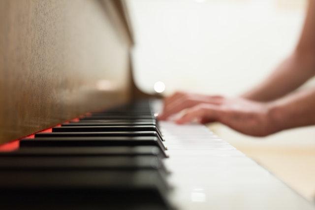 Pessoa tocando piano